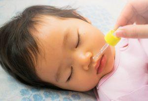 وضعیت خوابیدن نوزاد و قطره بینی
