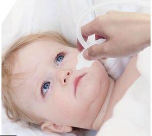 روش ریختن قطره بینی نوزاد