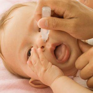 ریختن قطره بینی نوزاد