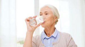 نوشیدن آب و بی اختیاری ادرار در سالمندان