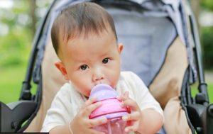 خنک نگه داشتن نوزاد با آب