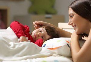 خواباندن کودک با تشویق به آرامش