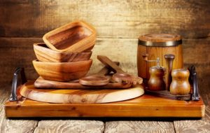 آشپزی با ظروف چوبی